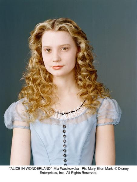 joue Alice Kingsleigh dans Alice au pays des merveilles de Tim Burton
